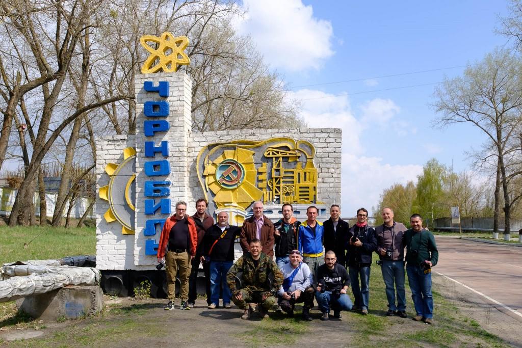 Il gruppo davanti al cartello che indica l'inizio della città di Chernobyl