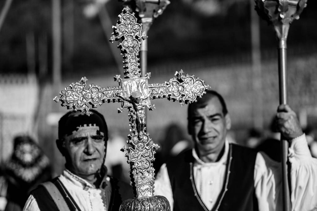 Lungo tutto il tragitto i gruppi in costume si alternano al seguito del Santo