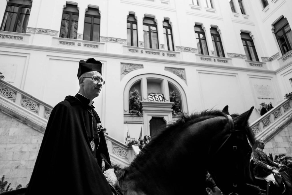 A cavallo viaggia anche uno dei sacerdoti che seguono la processione