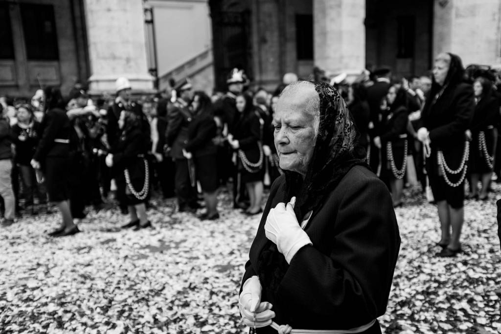 La sfilata passa davanti al Municipio di Cagliari, con la strada coperta di fiori ed erbe aromatiche