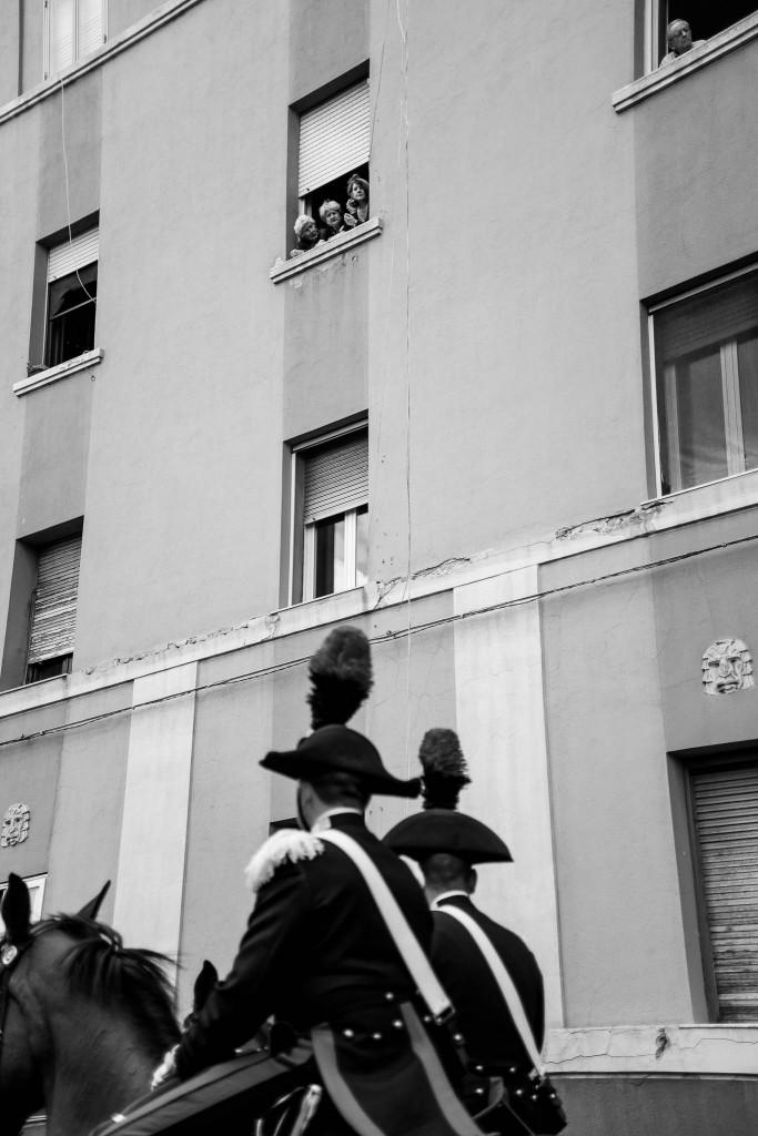 Fedeli si affacciano alla finestra, all'uscita da Cagliari