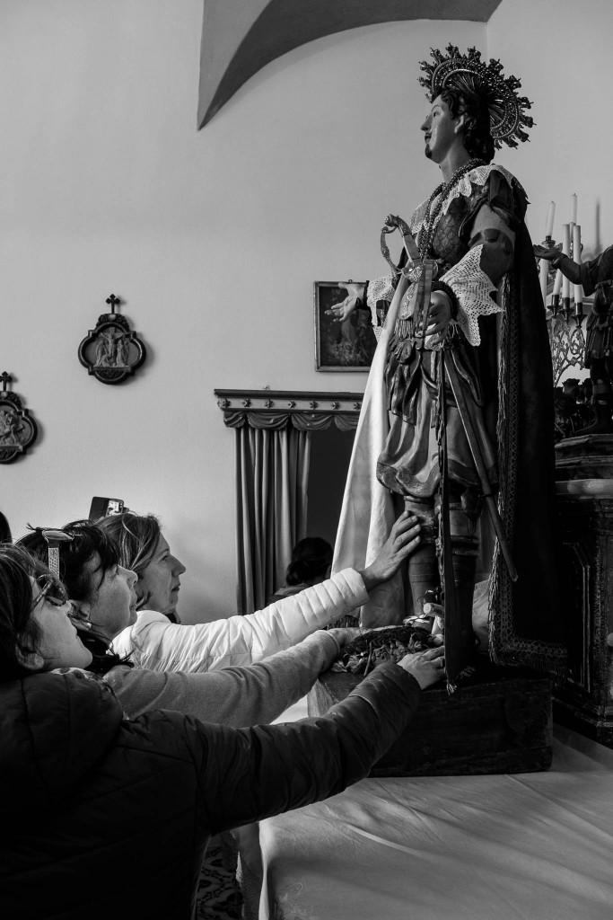 Le fedeli toccano la statua del Santo
