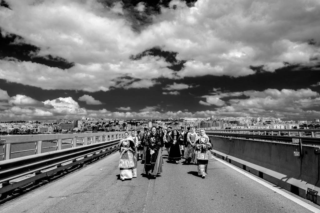Il corteo, aperto dai gruppi in costume, attraversa un ponte per uscire da Cagliari