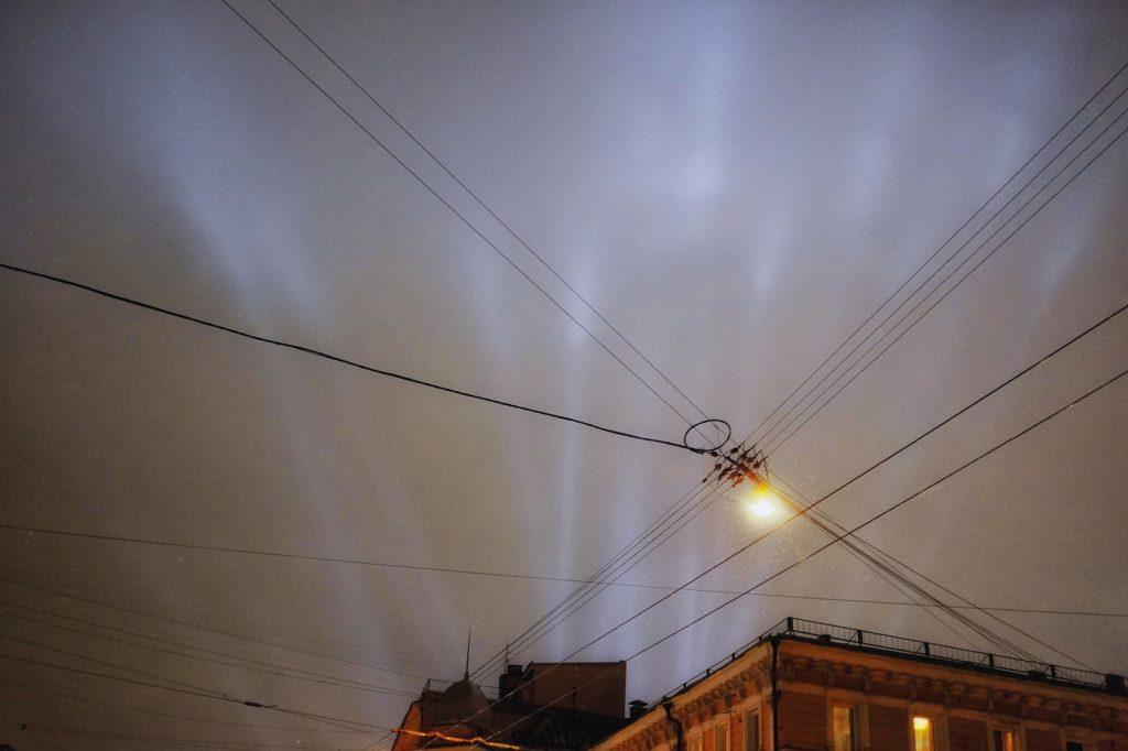 veduta del cielo notturno illuminato dai fari di una discoteca