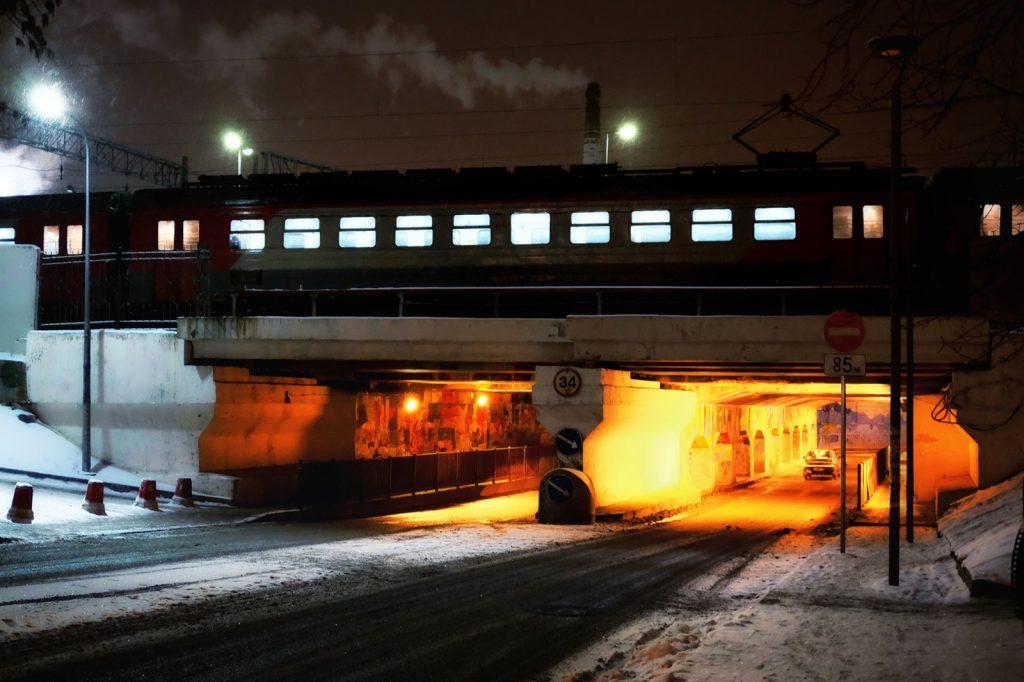 un attraversamento della linea ferroviaria esterna in prossimità degli ex quartieri industriali riconvertiti